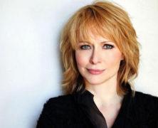 Karen Oberlin Sings for Fans
