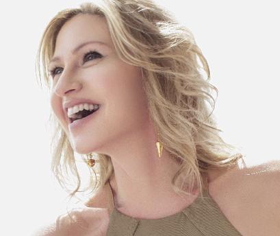 Luba Mason Sings for Fans – Skylark